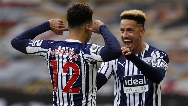 Matheus Pereira (zády) oslavuje vstřelenı gól z Callumem Robinsonem, spoluhráčem z West Bromwiche.