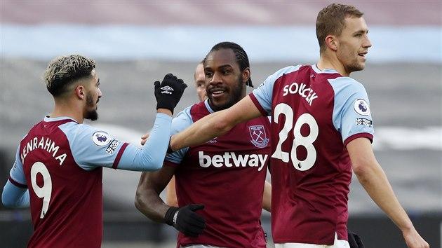 Tomáš Souček (vpravo) se spolu se spoluhráči z West Hamu raduje z gólu Michaila Antonia (uprostřed).