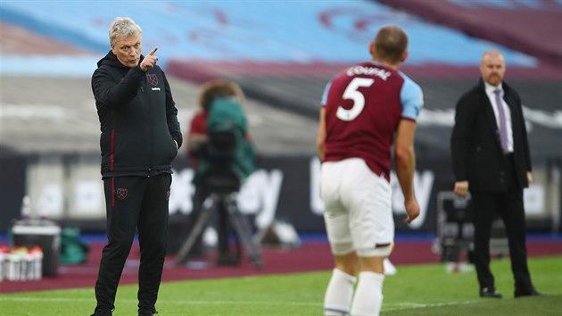 Vladimír Coufal, obránce West Hamu, poslouchá pokyny trenéra Davida Moyese.