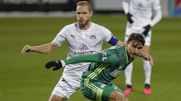 Karvinskı útočník Michal Papadopulos si kryje míč v souboji s Vlastimilem Daníčkem ze Slovácka.