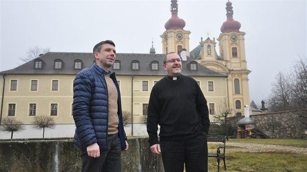 Farář Pavel Andrš (vpravo) a ředitel kláštera Jan Heinzl před klášterní budovou