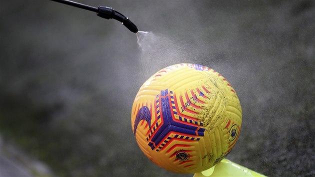 Dezinfekce míče během utkání anglické Premier League mezi Wolverhamptonem a West Bromem.