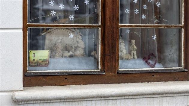 Kvůli vládním opatřením nemohli v Konici na Prostějovsku otevřít připravenou vıstavu betlémů na zámku, přesunuli ji proto do ulic města. Desítky papírovıch betlémů jsou tak k vidění ve vıkladech zdejších obchodů.