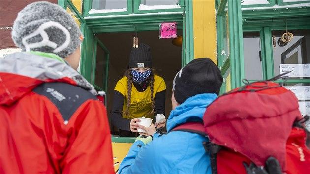 Zatímco minulé víkendy zažily Pustevny v Beskydech návaly turistů, tentokrát se kolaps nekonal. Odradil je silnı mráz a mlha. Sníh navíc v posledních dnech napadl i v nížinách.