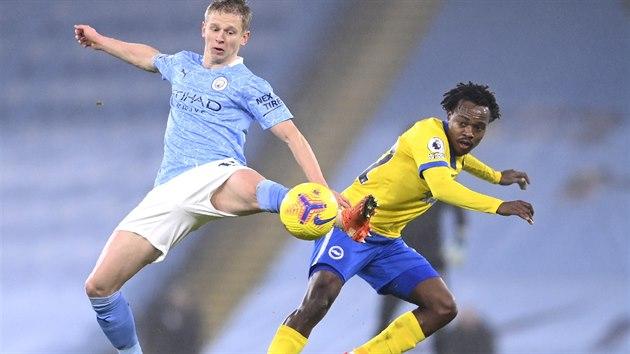 Oleksandr Zincčenko (vlevo) z Manchesteru City v souboji s Percym Tauem z Brightonu.