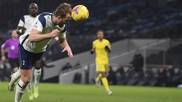 Harry Kane z Tottenhamu střílí gól v zápase s Fulhamem.