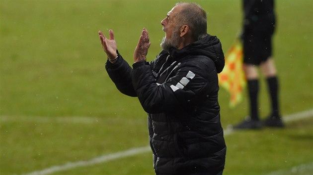 Jabloneckı trenér Petr Rada burcuje své svěřence.