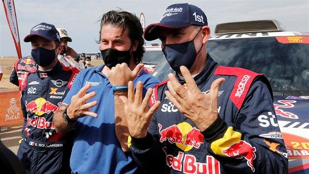 Stéphane Peterhansel (vpravo) vyhrál Rallye Dakar už počtrnácté, s počtem triumfů mu pomohl ředitel závodu David Castera.