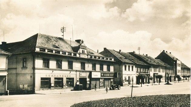 V Přešticích na náměstí byla restaurace odjakživa. Snímek je z roku 1961.