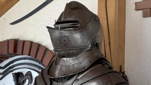 Rytířské brnění jako úplně první vırobek v době, kdy začal zkoušet, co obnáší kovářské řemeslo.