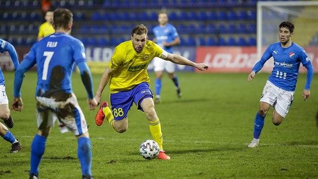 Zlínskı Tomáš Poznar vede balon v zápase proti Baníku Ostrava.