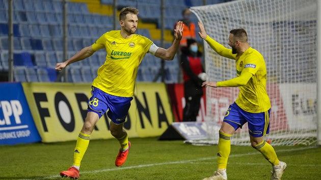 Fotbalisté Zlína se radují ze vstřeleného gólu proti Baníku Ostrava.