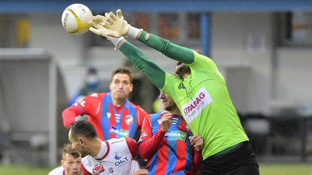 Brankář Pardubic Marek Boháč (vpravo) zasahuje proti balonu během zápasu s Plzní.