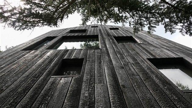 Černou barvu dávají chatě v brněnském Jundrově ohořelá modřínová prkna. Taková fasáda by měla vydržet nejméně padesát let.