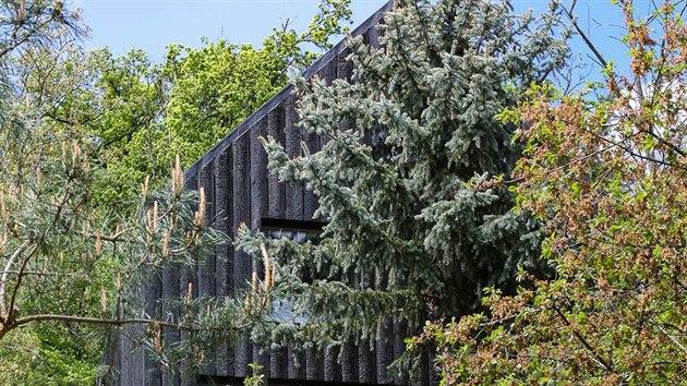 Chata v brněnském Jundrově má díky suterénu v prudkém svahu tři podlaží, ale zároveň plní i všechny normy. Na zastavěné ploše 35 metrů čtverečních je natěsnáno 110 metrů čtverečních.