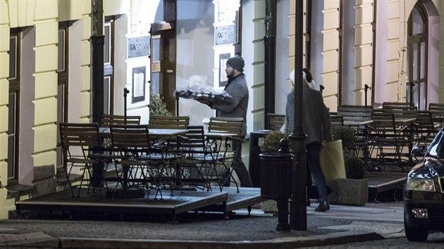 Jiří Šlégr vstupuje do teplického hotelu Prince de Ligne, kterı má bıt podle vládních nařízení zavřenı. Doprovází ho mimo jiné přítelkyně Lucie Králová. (23. ledna 2021)