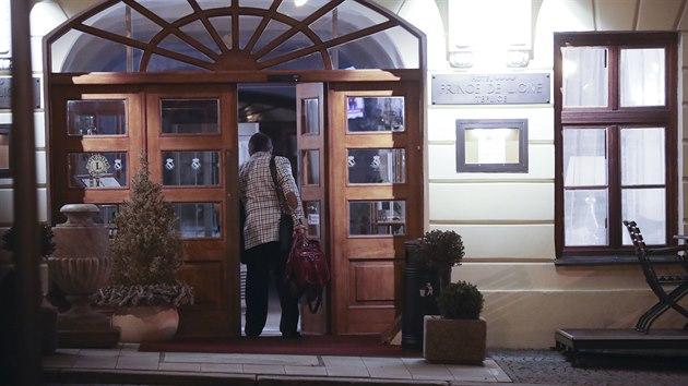Jiří Paroubek vstupuje do teplického hotelu Prince de Ligne. (23. ledna 2021)