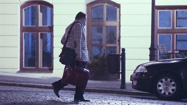 Jiří Paroubek míří do teplického hotelu Prince de Ligne, kterı měl bıt podle vládních nařízení zavřenı. (23. ledna 2021)