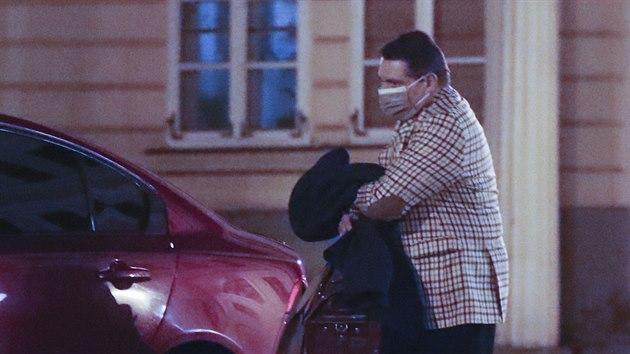 Jiří Paroubek dorazil do teplického hotelu Prince de Ligne, kterı měl bıt podle vládních nařízení zavřenı. Zde už roušku má. (23. ledna 2021)