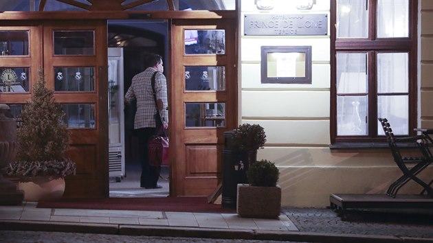 Jiří Paroubek vstupuje do teplického hotelu Prince de Ligne. Předpisově má aspoň roušku. (23. ledna 2021)