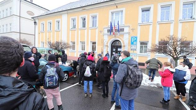 Před varnsdorfskou radnicí se sešlo zhruba třicet lidí.