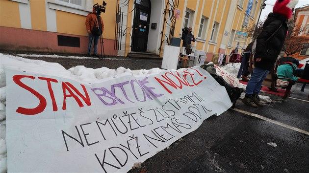Demonstraci svolala Iniciativa za důstojné bydlení, která chce upozornit na to, že se romské rodiny ze dne na den ocitly bez domova i v době globální pandemie.