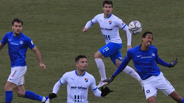 Ostravští Martin Fillo (uprostřed dole) a Jaroslav Svozil sledují, co provede s míčem v souboji s Jhon Mosquera z Liberce.