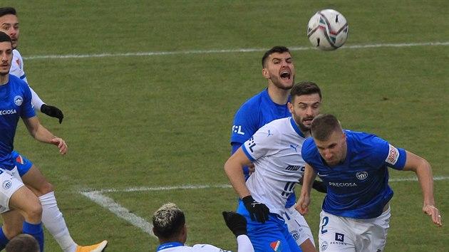 Libereckı Jakub Jugas (vpravo) se snaží odvrátit ostravskı útok.