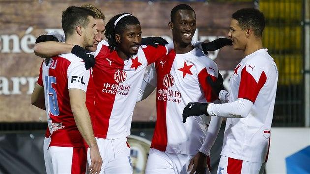 Fotbalisté Slavie se radují z gólu v zápase ve Zlíně.