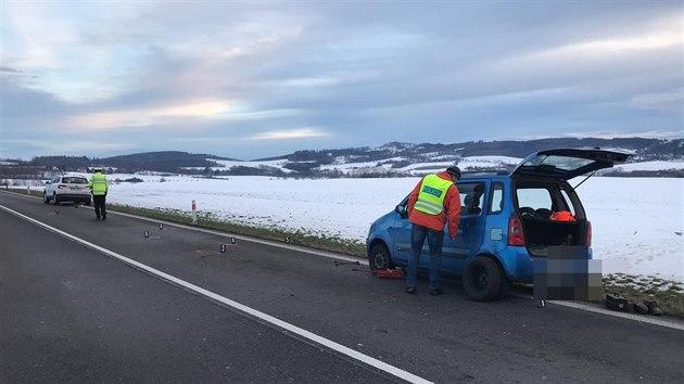 Řidič srazil muže, kterı na silnici ve směru na Benešov vyměňoval kolo auta. (22.1.2021)