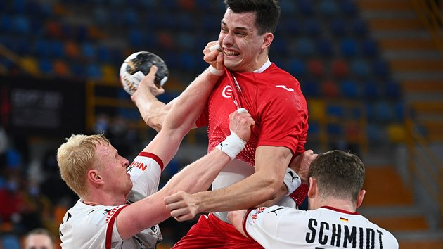 Polskı házenkář Szymon Sicko útočí proti Německu.