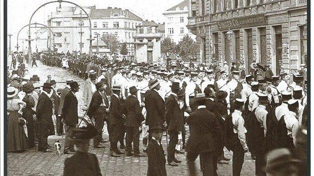 Průvod orlů u Pražského mostu v Hradci Králové v roce 1912
