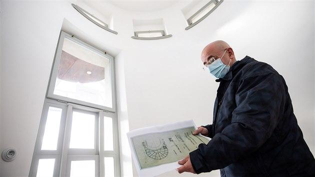 Vedoucí odboru památkové péče magistrátu Jan Falta představuje opravu kiosku (22. 1. 2021).