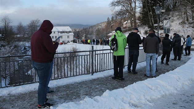 Pendleři čekají několik hodin ve frontě na povinnı test na covid-19. Odběry se provádí v Bavorské Železné Rudě. (25. 1 2021)