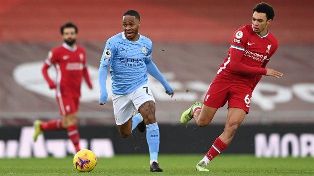 Raheem Sterling z Manchesteru City sprintuje s míčem kolem Trenta Alexander-Arnolda z Liverpoolu.