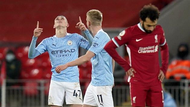 Phil Foden (vlevo) z Manchesteru City se raduje ze čtvrtého gólu svého tımu v utkání s Liverpoolem.