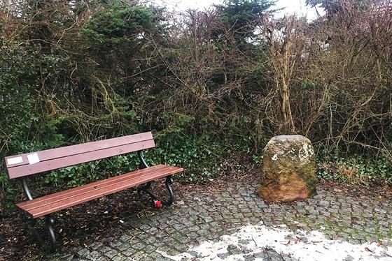 Zbuzanskı menhir je vysokı asi 80 centimetrů.