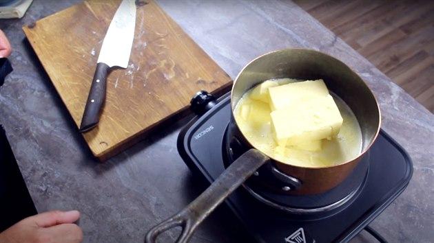 Kostky másla nakrájejte na menší kusy.