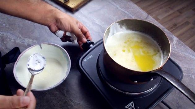 Během vaření odebírejte průběžně pěnu.