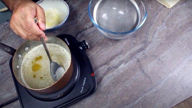 Pěnu můžete dále použít v kuchyni třeba na potírání knedlíků.