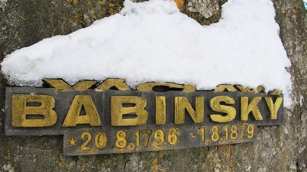 Hrob Babinského se nachází pár desítek metrů od řepskıch paneláků na okraji Prahy 6.