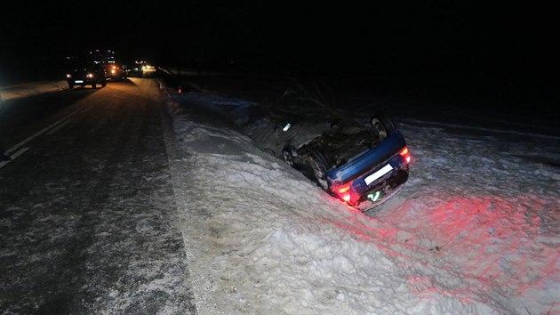 Řidička se ohlédla na děti sedící vzadu a havarovala. Kolize na Domažlicku si vyžádala čtyři zraněné.