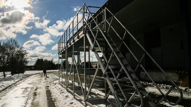Lávka, ze které si řidiči kamionů mohou očistit sníh a led ze střechy svého vozidla, je k dispozici poblíž hraničního přechodu v Rozvadově. Je jediná svého druhu v ČR. (13. 2. 2021)