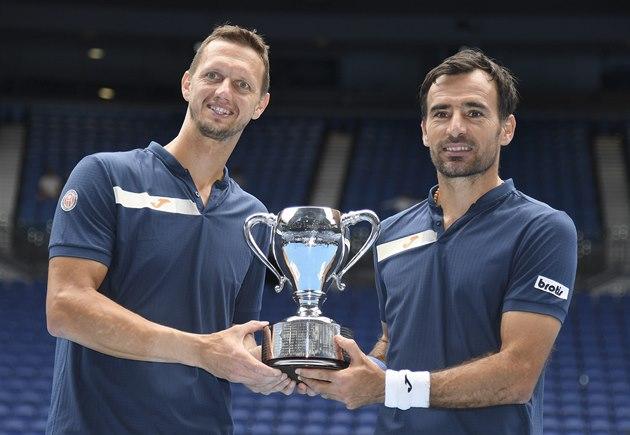 Slovák Filip Polášek (vlevo) a Chorvat Ivan Dodig pózují s trofejí pro šampiony...