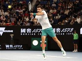 Srb Novak Djokovič hraje bekhend ve finále Australian Open.