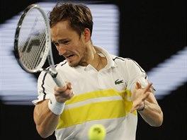 Rus Daniil Medveděv hraje forhend ve finále Australian Open.