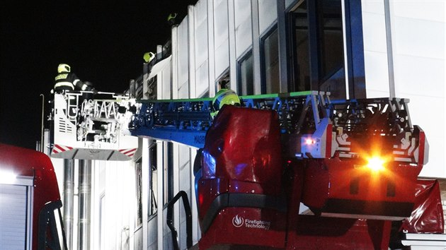 Tři jednotky pražskıch hasičů vyjely v sobotu večer k požáru do Záběhlic. (28. února 2021)