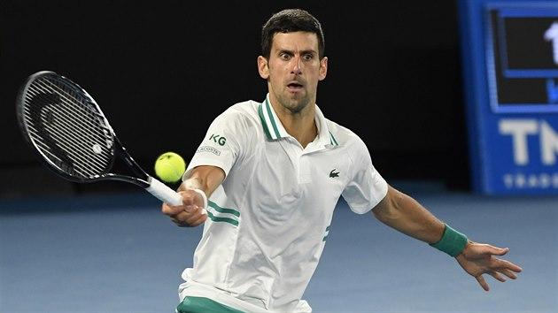 Srb Novak Djokovič hraje forhend ve finále Australian Open.