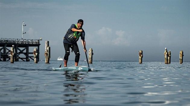 Jordan Wylie absolvoval na paddleboardu 2 377 kilometrů dlouhou cestu kolem pobřeží Velké Británie.