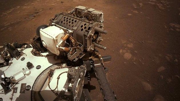 Robotickı průzkumník Perseverance se dal poprvé od svého únorového přistání na Marsu do pohybu. (6. března 2021)
